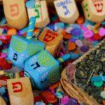 Aktorzy Teatru Żydowskiego świętują Chanukę z dziećmi z Lasek